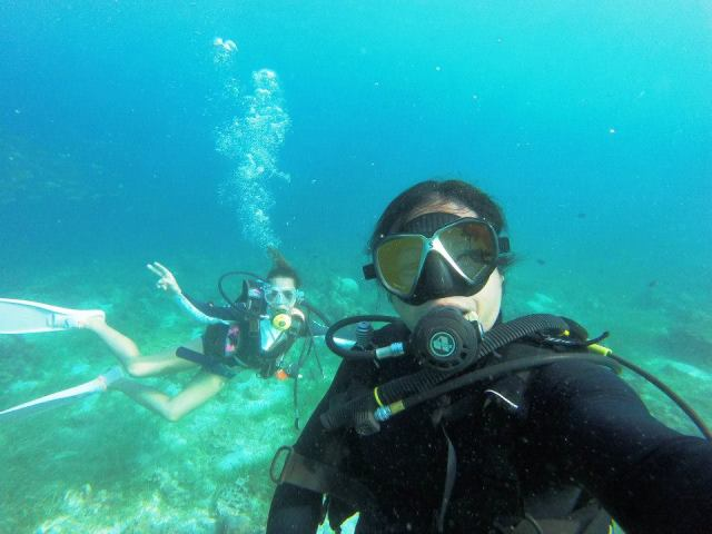 Photo bombing behind the diving instructor ^^