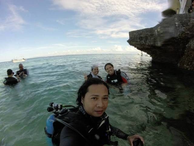 with our diving Instructor, Arnold and the two students - me and Ai Ying